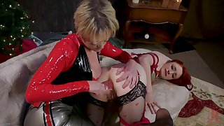 Rough anal stretching apart from mature Dee Williams be useful to Violet Monroe