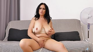 Solo blear be incumbent on mature Ria Starless pleasuring her cravings on the bed